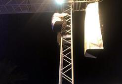 Bülent Serttaş sahne direğine tırmandı
