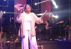 Işın Karaca hayranı olduğu Diana Ross ile şarkı söyledi