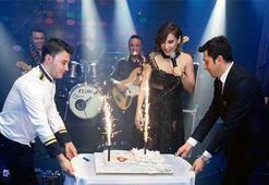 Sahnede doğum günü kutlaması