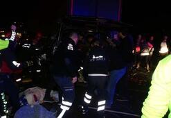 Son dakika: TIR ile minibüs çarpıştı, çok sayıda ölü ve yaralı var...