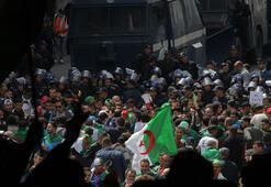 Cezayirliler geçiş dönemi liderlerine karşı sokakta