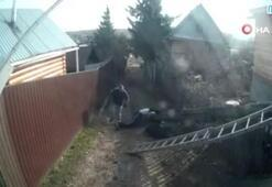 Rusyada elektrik direği sokaktaki kadının üzerine yıkıldı