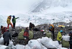 Everestte iki haftada 3 ton çöp toplandı