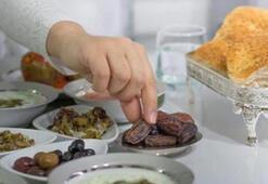 Unutarak yiyen kişiye oruçlu olduğu hatırlatılmalı mıdır