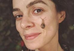 Özge Özpirinçci yüzünde sümüklü böcek gezdirdi
