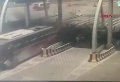 Kontrolden çıkan otobüs, gişelerdeki kamyonu biçti