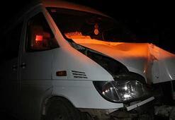 Göçmenleri taşıyan minibüs direğe çarptı: 12 yaralı