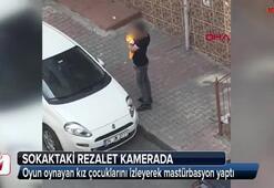 Sokaktaki rezalet kamerada Çocukları izlerken yakalandı