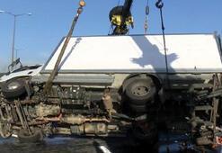 TEMde kamyonet devrildi, trafik durma noktasına geldi