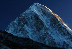 Everestte üç dağcı daha hayatını kaybetti Bir haftada ölenlerin sayısı yedi oldu