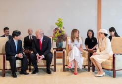 Trumpın renkli Japonya turu