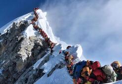 Everestte dağcılar cesetleri çiğneyerek tırmanıyor