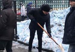 Rusyada beyaz yerine mavi yağan kar panik yarattı