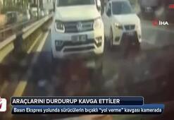"""Basın Ekspres yolunda sürücülerin bıçaklı """"yol verme"""" kavgası kamerada"""