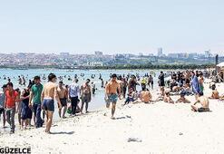 Halk plajında deniz sefası
