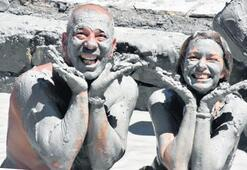 Turistler, çamurla güzelleşti