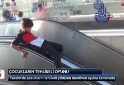Taksim'de çocukların tehlikeli yürüyen merdiven oyunu