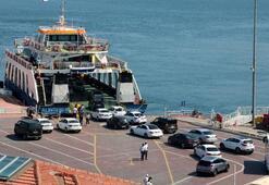 Feribot iskelesinde tatilcilerin dönüş yoğunluğu