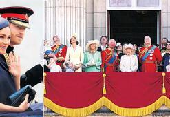 Bir ay sonra kraliyet töreninde