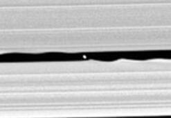 Cassini Satürn saklı uydusunun fotoğraflarını çekti