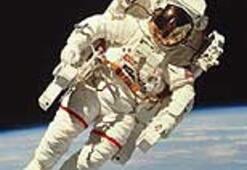 Uzayda boyu uzayan kozmonota kısaltıcı giysi