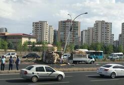 Arı kovanı yüklü kamyonet devrildi, çevredekiler zor anlar yaşadı