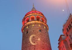 İstanbulun simgeleri kırmızı beyaza büründü