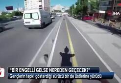 Gençlerin tepki gösterdiği sürücü bir de üstlerine yürüdü
