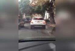 Kadın sürücü araçtan çekiçle indi