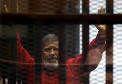 Independent: Mursi 20 dakika yerde kıvrandı, aile salondan çıkarıldı