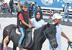 Mülteci çocuklara atla terapi