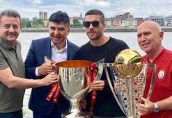 Podolski, Galatasarayın şampiyonluk kupalarıyla poz verdi
