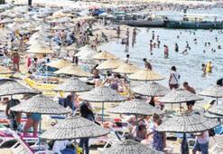 Sıcaktan bunalanlar plajların yolunu tuttu