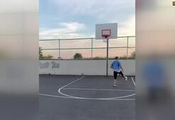 Ayağıyla basket attı sosyal medyada paylaştı