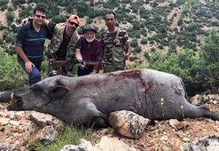 Dev domuzu öldürdü sonra da fotoğraf çekti