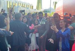 Burak Özçivit'e Kazakistan'da hayranlarından yoğun ilgi