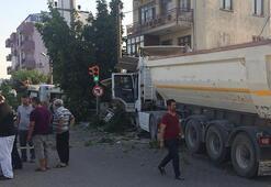 İzmirde korkunç kaza Hafriyat kamyonu kahveye daldı...