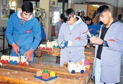 'Fabrika okul'dan yetimlere oyuncak