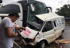 Yolcu otobüsü minibüse çarptı Çok sayıda ölü ve yaralı var