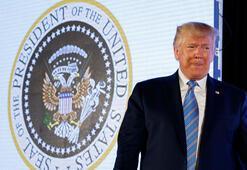 Trump, kendisiyle alay edilen sahte başkanlık forsu önünde konuştu