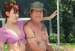 Baba Bruce Willis ile havuz keyfi