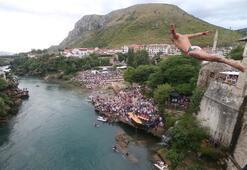 Tarihi köprüden bir bir atladılar Nefes kesen görüntüler