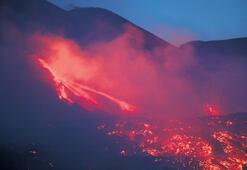Etna geceyi aydınlattı