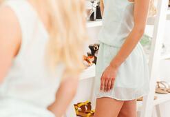 Bir rezalet daha Genç kız üzerini değiştireceği esnada fark etti