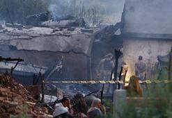 Askeri uçak evlerin arasına düştü