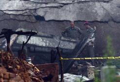 Askeri uçak evlerin üzerine düştü