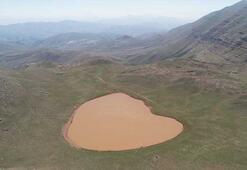 2 bin 600 rakımda kalbi andıran göl dikkat çekiyor