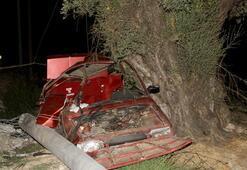 Otomobil elektrik direğine çarptı 2 ölü, 2 yaralı