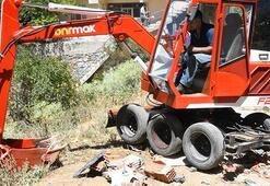 Evinin bodrumunda yaptı… Duvarı yıkarak çıkardı