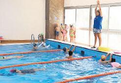 Çiğli'de çocuklar yaz kış yüzüyor